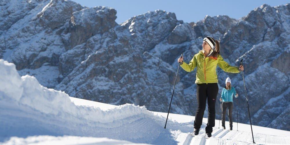 Winterlandschaft auf Langlaufskier erkunden